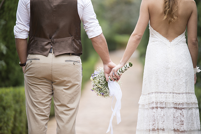 novios entrando en su boda, pareja a punto de casarse, novia y novio, vestido de novia, vestido de novio, novios boho chic, bodas en la playa, bodas rurales